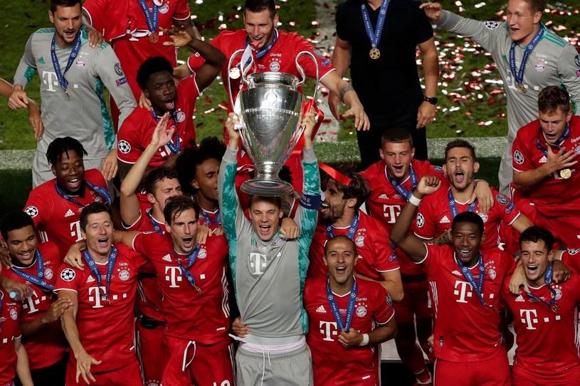 Piłkarze Bayernu z trofeum za triumf w Lidze Mistrzów /AFP