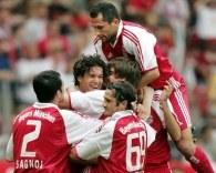 Piłkarze Bayernu zakończyli sezon jak na prawdziwych mistrzów przystało /AFP