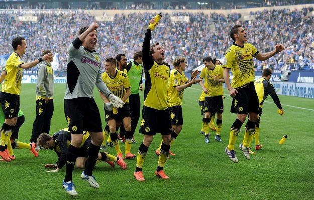 Piłkarze Borussii cieszą się po zwycięstwie w Gelsenkirchen /AFP