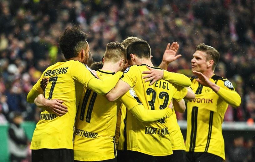 Piłkarze Borussii Dortmund cieszą się z gola /PAP/EPA