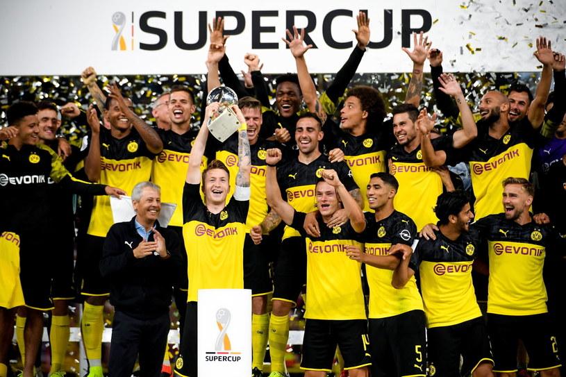 Piłkarze Borussii Dortmund cieszą się ze zwycięstwa w meczu o Superpuchar Niemiec /PAP/EPA
