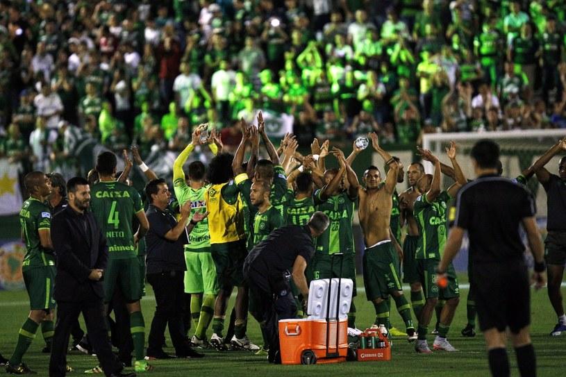 Piłkarze Chapecoense cieszący się po awansie do finału Copa Sudamericana /Marcio Cunha /PAP/EPA