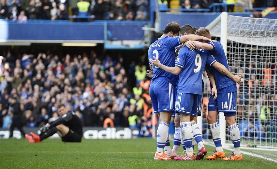 Piłkarze Chelsea cieszą się z gola. W tle na murawie siedzi Wojciech Szczęsny /FACUNDO ARRIZABALAGA /PAP/EPA
