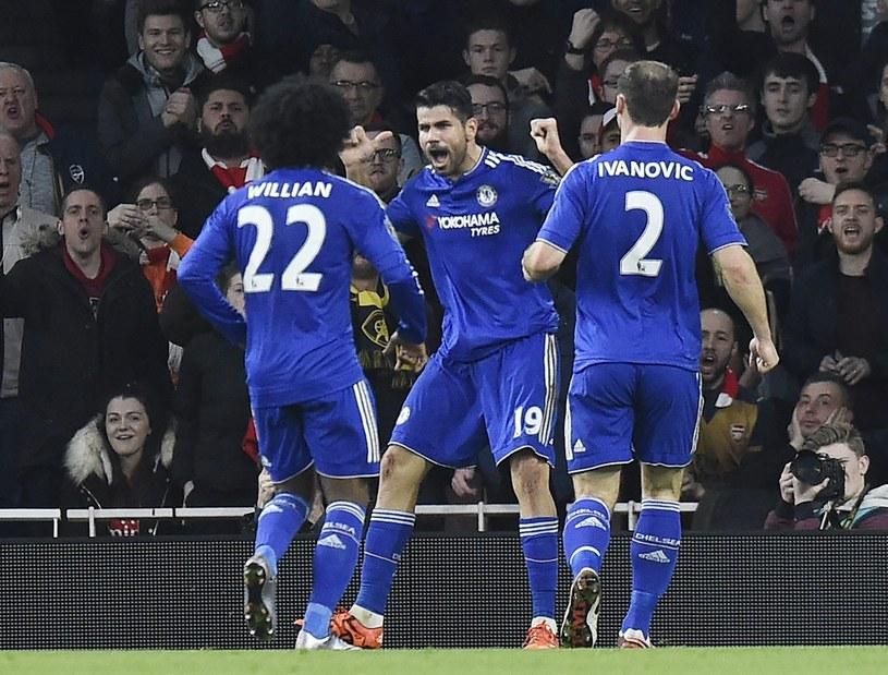 Piłkarze Chelsea Londyn cieszą się z gola strzelonego Arsenalow /PAP/EPA
