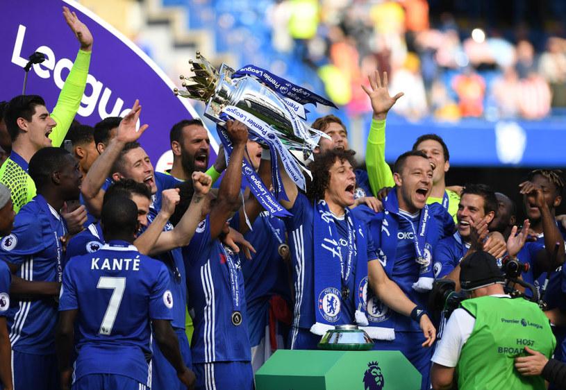 Piłkarze Chelsea z mistrzowskim trofeum /Getty Images