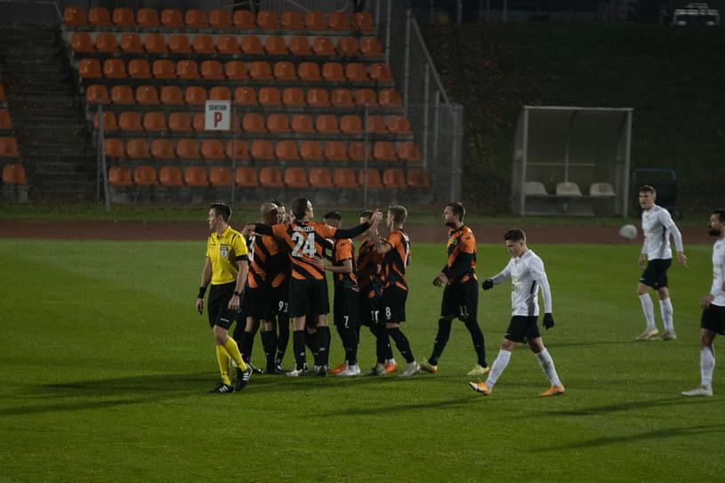 Piłkarze Chrobrego cieszą się ze zwycięstwa w konfrontacji ze Stomilem /TOMASZ BROWARCZYK / 400mm.pl / NEWSPIX.PL /Newspix