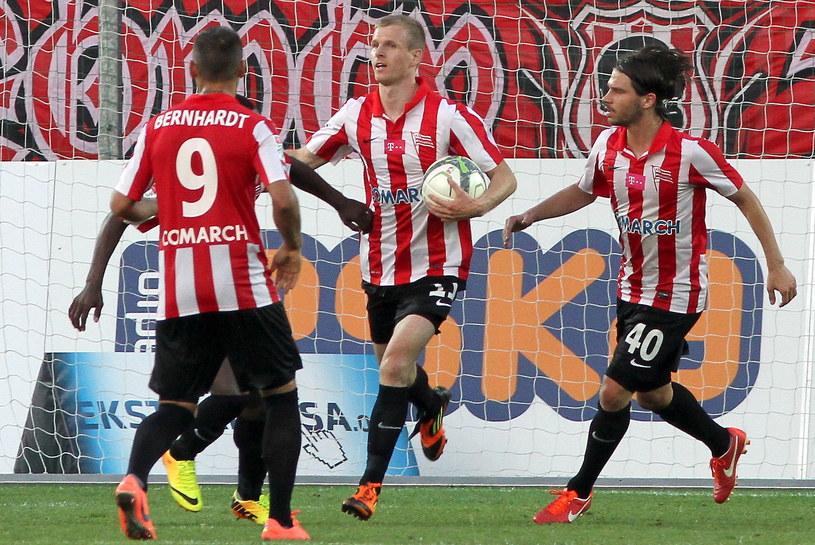 Piłkarze Cracovii cieszą się z bramki strzelonej przez Dawida Nowaka /Jacek Bednarczyk /PAP