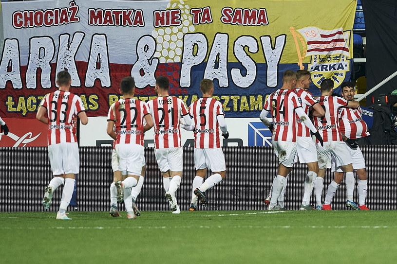 Piłkarze Cracovii cieszą się ze zwycięskiej bramki /PAP/Adam Warżawa    /PAP