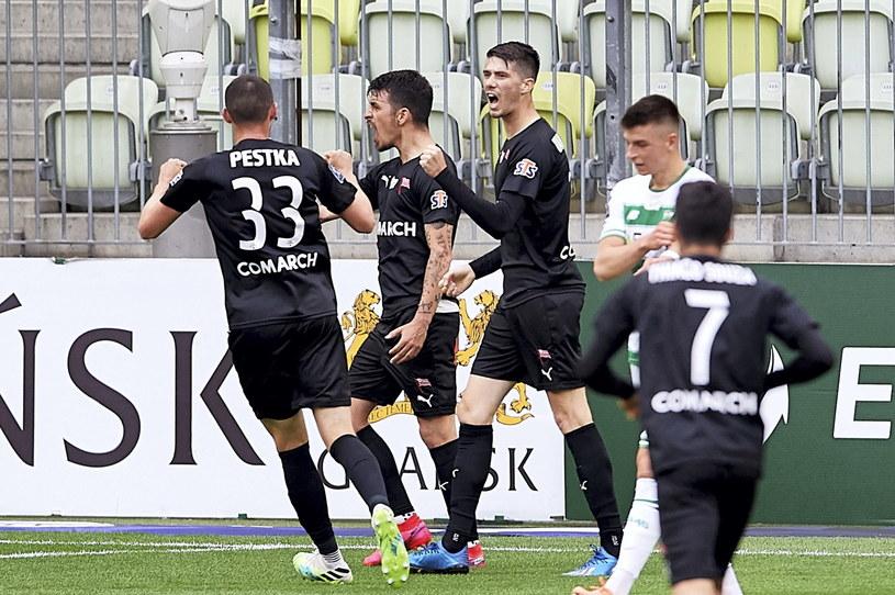 Piłkarze Cracovii pewnie wygrali w Gdańsku /Adam Warżawa /PAP