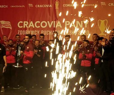 Piłkarze Cracovii prezentują trofeum za wygranie Pucharu Polski. Wideo