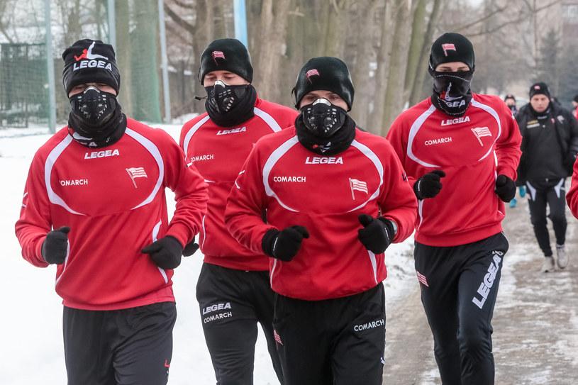 Piłkarze Cracovii trenowali w maskach /Anna Kaczmarz /East News