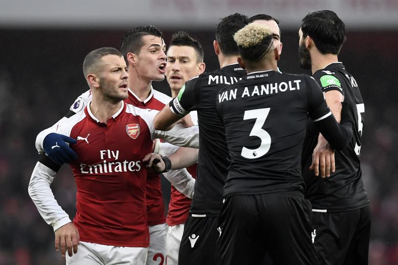 Piłkarze Crystal Palace (czarne stroje) w meczu z Arsenalem /PAP/EPA
