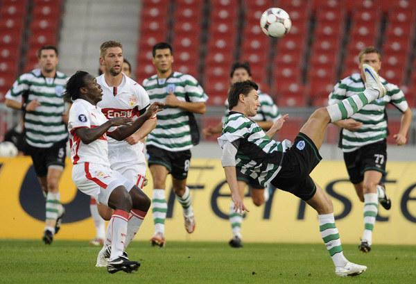 Piłkarze Czerno More Warna (w pasiastych koszulkach) /AFP