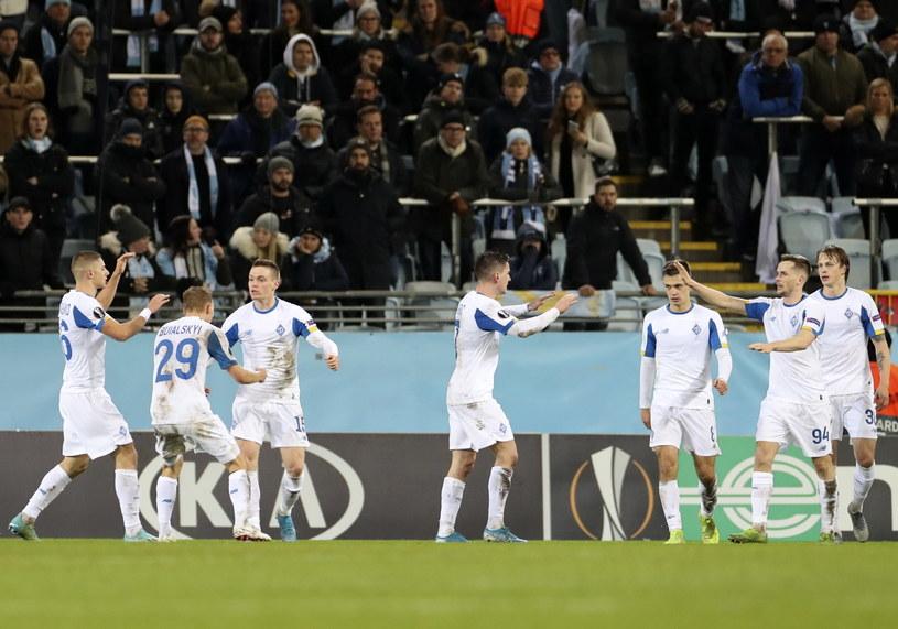 Piłkarze Dynama Kijów podczas meczu z Malmoe, a wśród nich Tomasz Kędziora (drugi z prawej) /PAP/EPA
