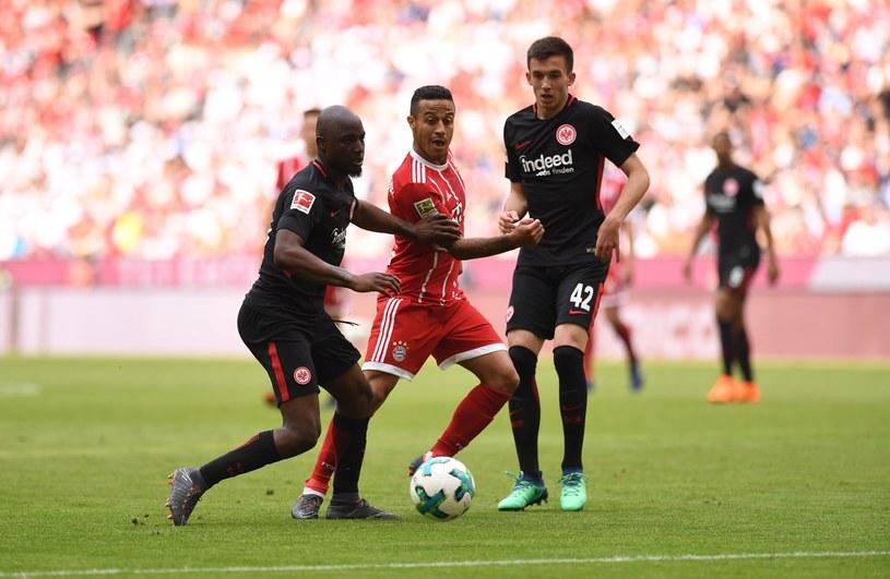 Piłkarze Eintrachtu (ciemne stroje) podczas ostatniego meczu z Bayernem /PAP/EPA