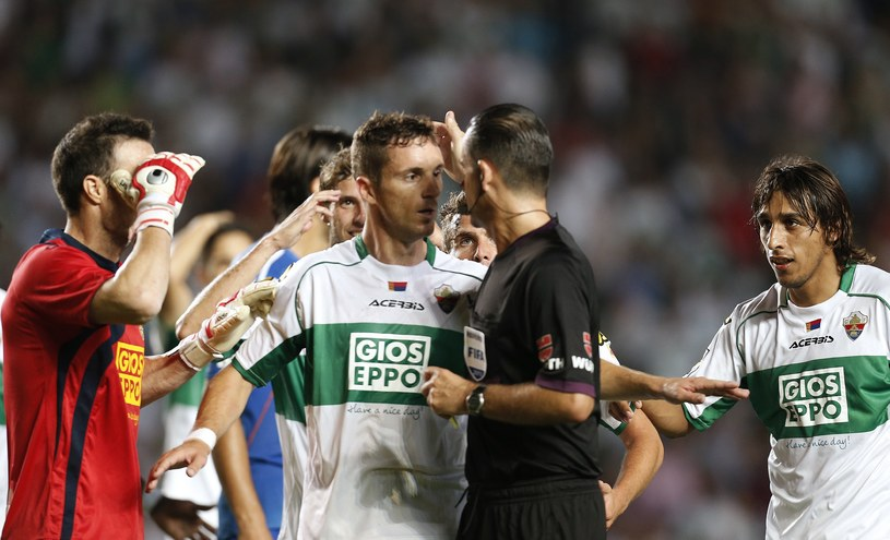 Pilkarze Elche mieli ogromne pretensje do Cesara Muniza Fernandeza /AFP