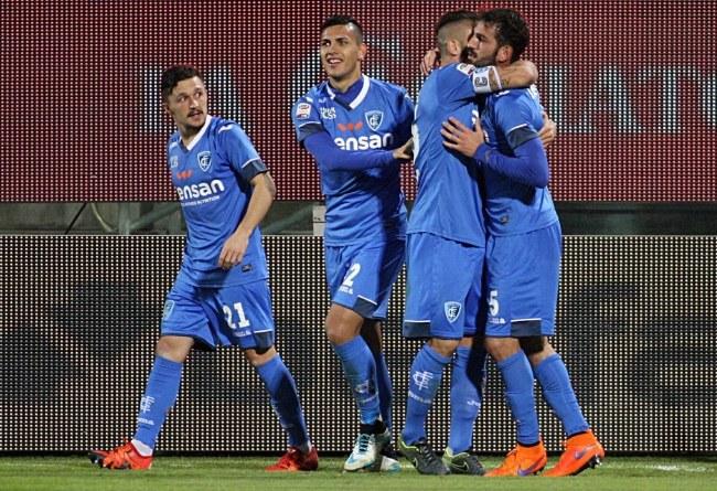 Piłkarze Empoli cieszą się z gola /PAP/EPA
