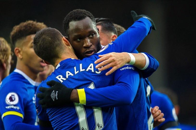 Piłkarze Evertonu cieszący się ze zdobytego gola /PETER POWELL   /PAP/EPA