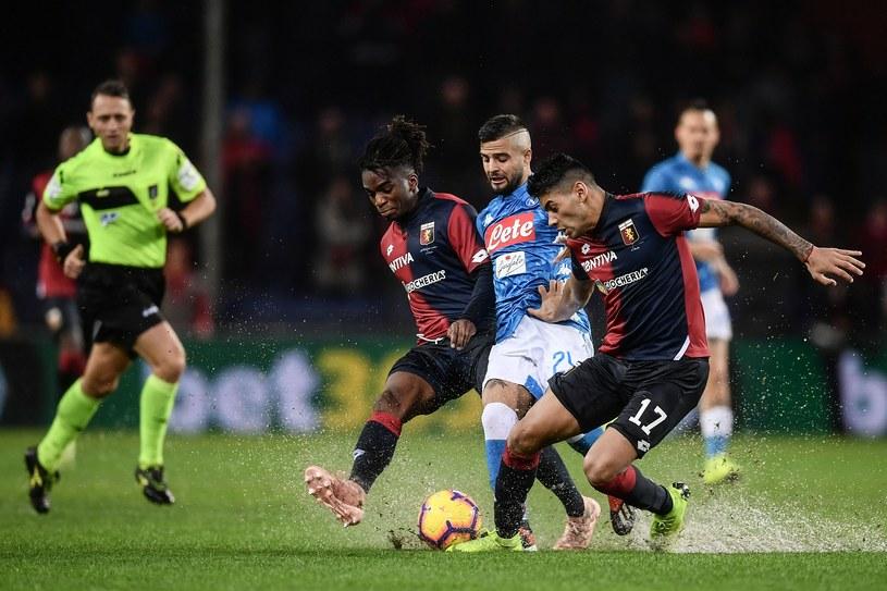 Piłkarze Genoi w starciu o piłkę z graczem Napoli /AFP