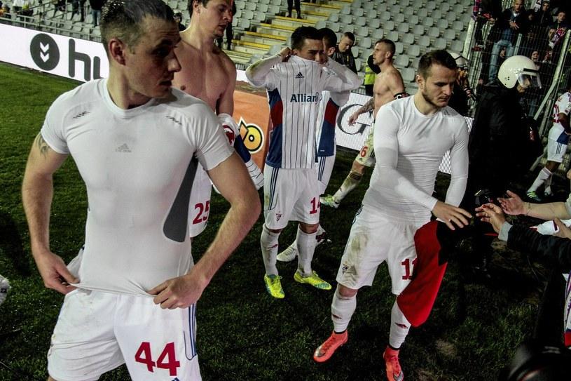 Piłkarze Górnika oddają koszulki kibicom po porażce w Kielcach /Michał Walczak /