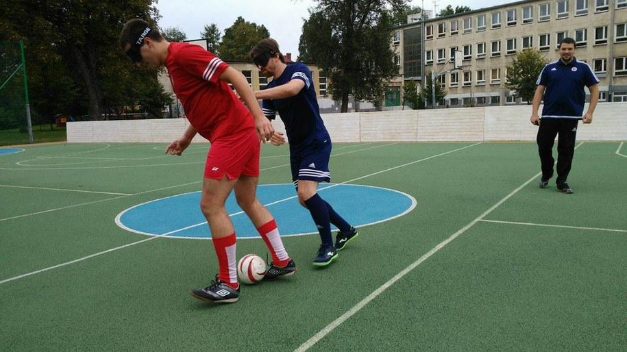 Piłkarze grają specjalną piłką z grzechotką /Przemek Błaszczyk /RMF MAXXX