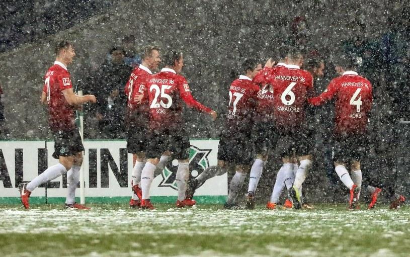Piłkarze Hannoveru cieszą się ze zdobycia bramki na 2-0 /PAP/EPA
