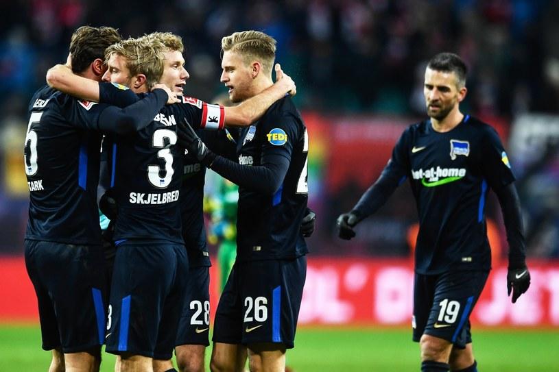 Piłkarze Herthy Berlin cieszą się z gola /FILIP SINGER /PAP/EPA