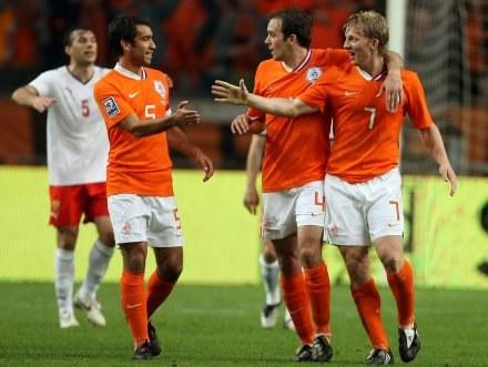 Piłkarze Holandii cieszą się z piątego zwycięstwa w el. MŚ /AFP