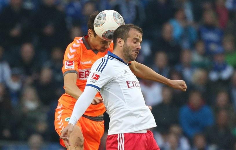 Piłkarze HSV bronią się przed pierwszym w historii spadkiem z Bundesligi /PAP/EPA
