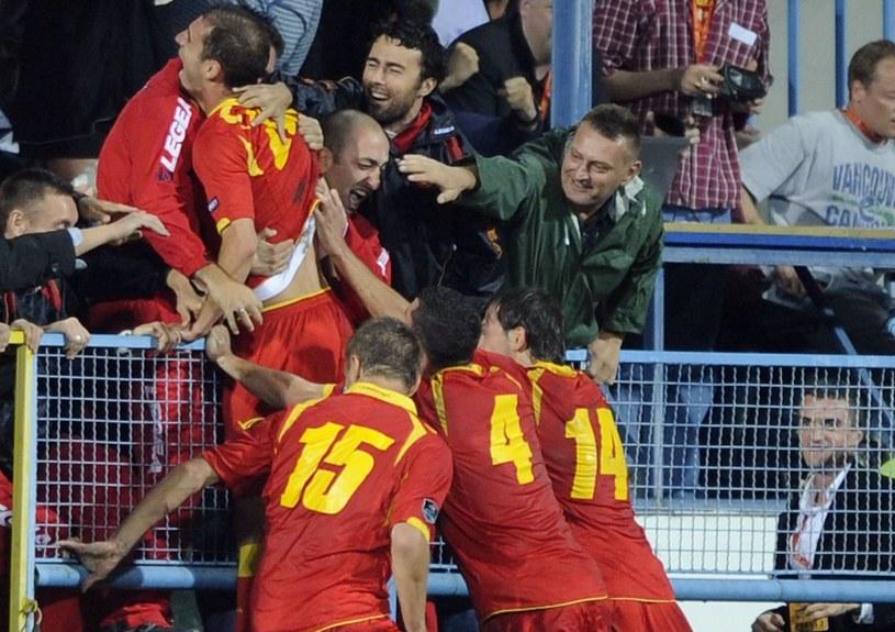 Piłkarze i kibice Czarnogóry cieszą się z gola strzelonego Anglikom w el. Euro 2012 /AFP