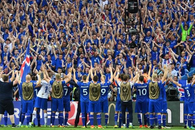 Piłkarze Islandii dziękują kibicom za doping podczas Euro 2016 we Francji /AFP