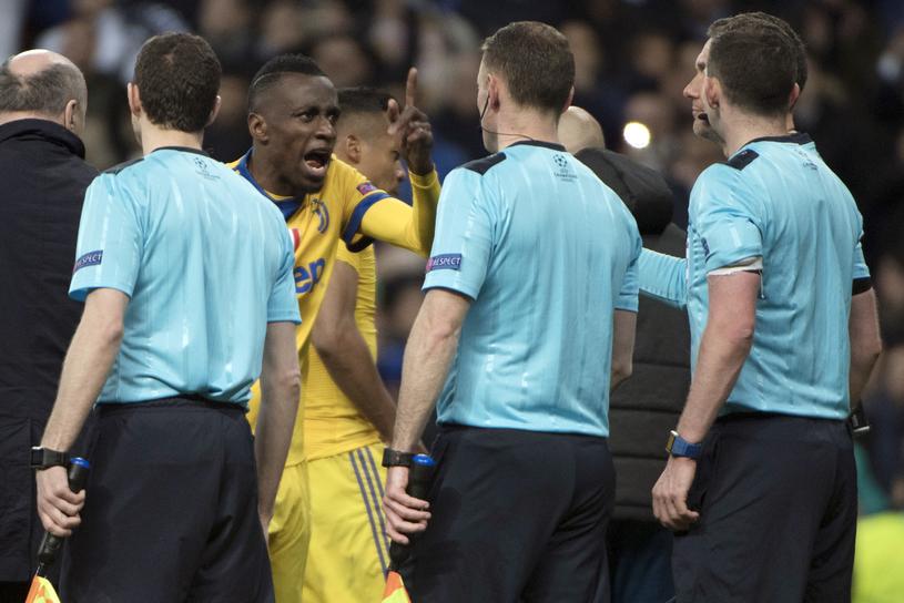 Piłkarze Juventusu nie mogli pogodzić się z decyzją sędziego /AFP