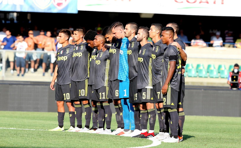 Piłkarze Juventusu oddają hołd ofiarom katastrofy wiaduktu w Genui /PAP/EPA