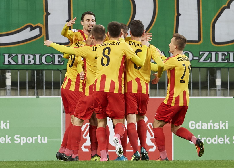 Piłkarze Korony cieszą się z gola w meczu z Lechią Gdańsk /Adam Warżawa /PAP