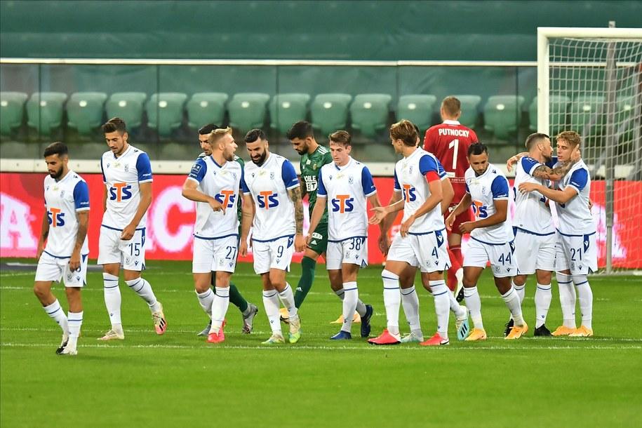 Piłkarze Lecha Poznań cieszą się z gola Mikaela Ishaka podczas meczu Ekstraklasy ze Śląskiem Wrocław / Maciej Kulczyński    /PAP