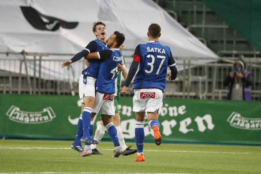 Piłkarze Lecha Poznań cieszą się z gola w środowym meczu eliminacji Ligi Europy z Hammarby IF /STEFAN JERREVANG /PAP/EPA