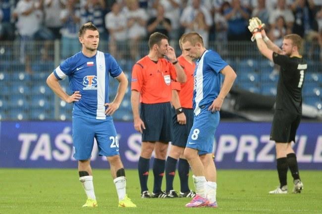 Piłkarze Lecha Poznań - Hubert Wołąkiewicz (L) i Szymon Pawłowski nie mogą uwierzyć, że wyeliminowali ich amatorzy /Jakub Kaczmarczyk /PAP