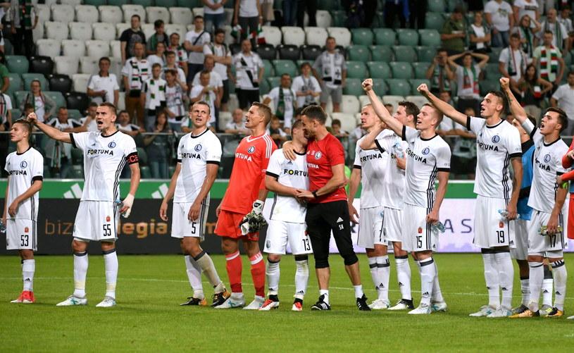 Piłkarze Legii Warszawa cieszą się ze zwycięstwa po rewanżowym meczu 2. rundy eliminacyjnej Ligi Mistrzów z IFK Mariehamn /Bartłomiej Zborowski /PAP