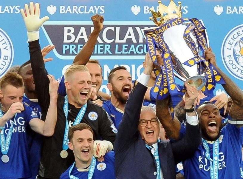 Piłkarze Leicester z medalami za tytuł. Marcin Wasilewski (u góry w środku) na razie medalu nie otrzymał /AFP