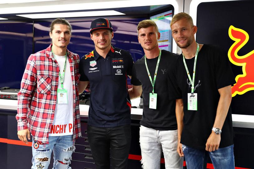 Piłkarze Lipska - Marcel Sabitzer, Timo Werner (obecnie Chelsea) oraz Kevin Lainer z kierowcą Red Bull Racing Maxem Verstappenem (drugi z lewej) /Mark Thompson /Getty Images