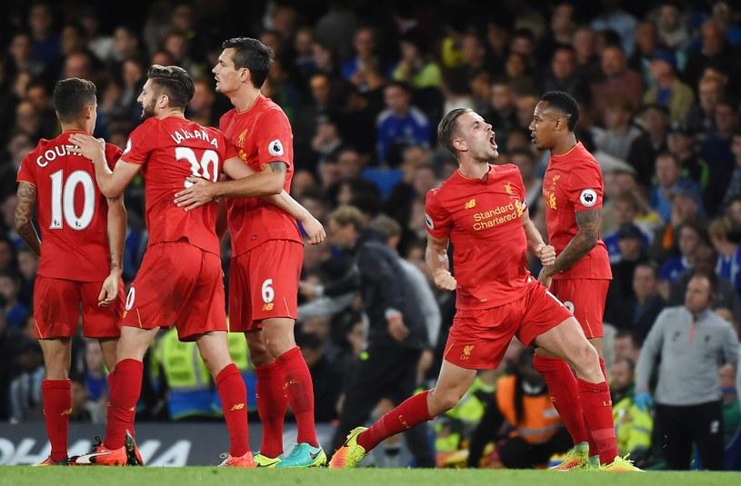 Piłkarze Liverpoolu cieszą się z gola Jordana Hendersona (drugi z prawej) /PAP/EPA