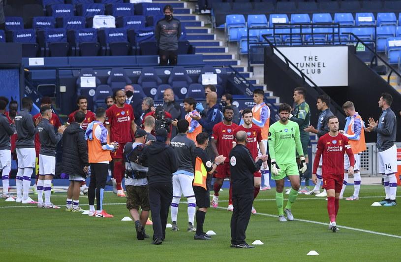 "Piłkarze Man City przywitali szpalerem graczy ""The Reds"" /Laurence Griffiths /PAP/EPA"
