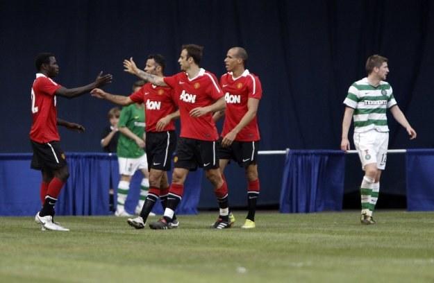 Piłkarze Manchesteru cieszą się ze zdobycia pierwszej bramki w meczu z Celtikiem /AFP