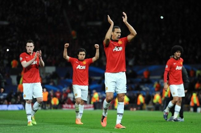 Piłkarze Manchesteru cieszą się ze zwycięstwa /PAP/EPA/PETER POWELL /PAP/EPA
