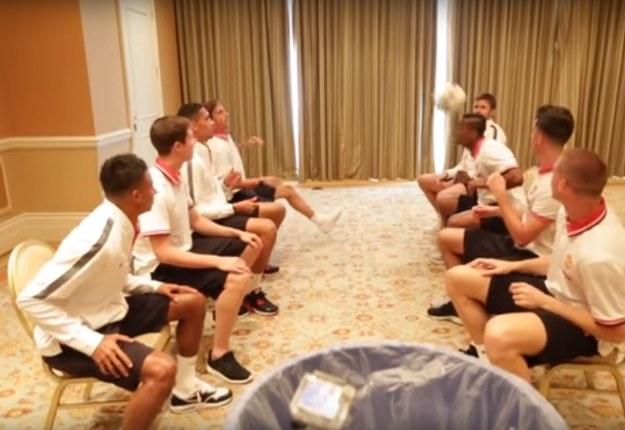 Piłkarze Manchesteru United wykonują Header Bin Challenge /Internet
