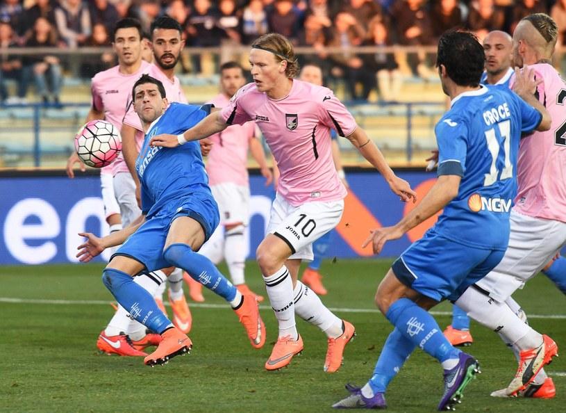 Piłkarze Palermo i Empoli walczą o piłkę /PAP/EPA