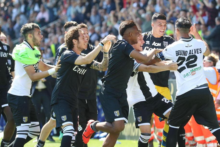 Piłkarze Parmy cieszą się z gola Bruno Alvesa (po prawej) /ELISABETTA BARACCHI /PAP/EPA