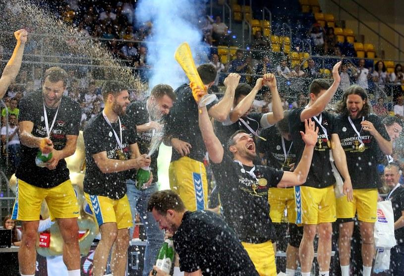 Piłkarze PGE Vive świętują triumf w Pucharze Polski /Tomasz Wojtasik /PAP