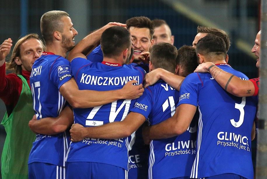 Piłkarze Piasta Gliwice cieszą się z drugiego gola podczas meczu 2. rundy eliminacyjnej Ligi Europy z austriackim TSV Hartberg / Andrzej Grygiel    /PAP