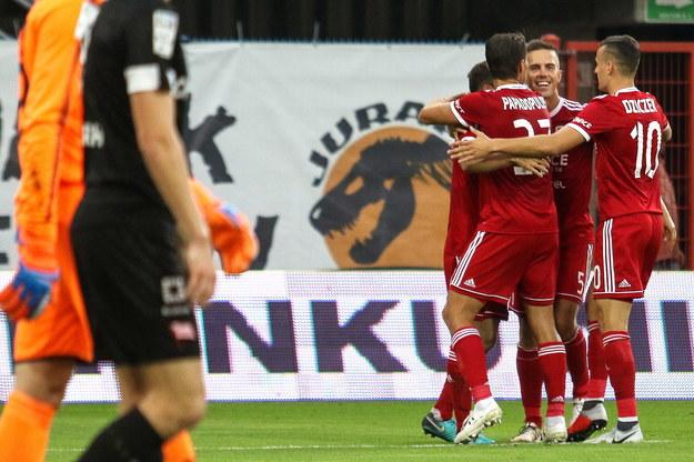 Piłkarze Piasta Gliwice cieszą się z gola podczas meczu Ekstraklasy z Cracovią /Dominik Gajda /PAP